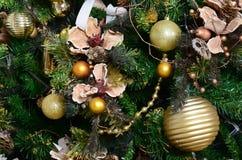 Adornamiento de ascendente cercano del árbol de navidad Bulbo de la decoración, árbol de abeto verde, juguetes de oro de Navidad  Imágenes de archivo libres de regalías