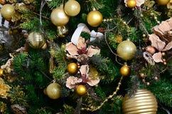 Adornamiento de ascendente cercano del árbol de navidad Bulbo de la decoración, árbol de abeto verde, juguetes de oro de Navidad  Foto de archivo libre de regalías