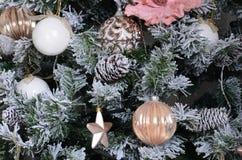 Adornamiento de ascendente cercano del árbol de navidad Bulbo de la decoración, árbol de abeto verde nevoso, juguetes rosados de  Imagenes de archivo