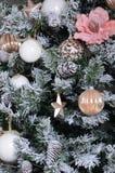 Adornamiento de ascendente cercano del árbol de navidad Bulbo de la decoración, árbol de abeto verde nevoso, juguetes rosados de  Fotografía de archivo