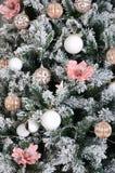 Adornamiento de ascendente cercano del árbol de navidad Bulbo de la decoración, árbol de abeto verde nevoso, juguetes rosados de  Fotografía de archivo libre de regalías