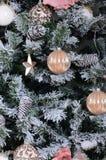 Adornamiento de ascendente cercano del árbol de navidad Bulbo de la decoración, árbol de abeto verde nevoso, juguetes rosados de  Imágenes de archivo libres de regalías