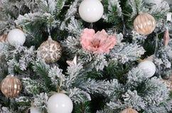 Adornamiento de ascendente cercano del árbol de navidad Bulbo de la decoración, árbol de abeto verde nevoso, juguetes rosados de  Imagen de archivo libre de regalías