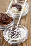 Adornamiento de estallidos de la torta de chocolate Foto de archivo