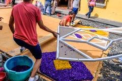 Adornamiento de la alfombra de Domingo de Ramos con serrín teñido, Antigua, Guatem Imagen de archivo
