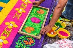 Adornamiento de la alfombra santa teñida de jueves del serrín, Antigua, Guatemala Fotos de archivo