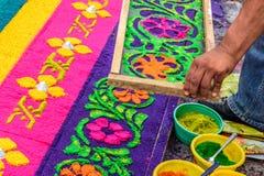 Adornamiento de la alfombra santa teñida de jueves del serrín, Antigua, Guatemala Imagen de archivo