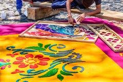 Adornamiento de la alfombra santa teñida de jueves del serrín, Antigua, Guatemala Foto de archivo libre de regalías