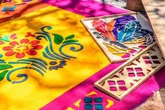 Adornamiento de la alfombra santa teñida de jueves del serrín, Antigua, Guatemala Imagenes de archivo