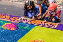 Adornamiento de la alfombra teñida del Viernes Santo del serrín, Antigua, Guatemala Imagen de archivo libre de regalías