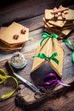 Adornamiento de la cabaña del pan de jengibre como regalo de la Navidad Foto de archivo libre de regalías