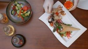 Adornamiento de la ensalada de las verduras frescas con el caviar Foto de archivo libre de regalías