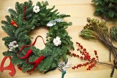 Adornamiento de la guirnalda de la Navidad en la tabla Imagen de archivo libre de regalías