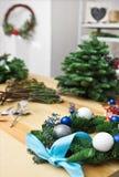 Adornamiento de la guirnalda de la Navidad en la tabla Foto de archivo libre de regalías