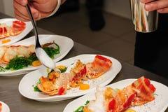 Adornamiento de la langosta cocinada en la placa Fotografía de archivo libre de regalías