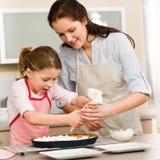 Adornamiento de la madre y de la hija de la torta Imágenes de archivo libres de regalías