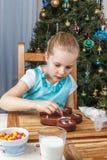 Adornamiento de la niña de la galleta del pan de jengibre de la Navidad Imagen de archivo