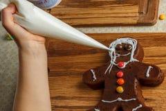 Adornamiento de la niña de la galleta del pan de jengibre de la Navidad Imagen de archivo libre de regalías