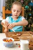 Adornamiento de la niña de la galleta del pan de jengibre de la Navidad Foto de archivo