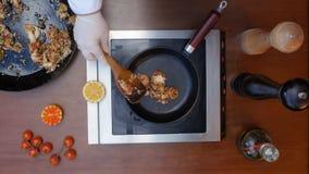 Adornamiento de la paella preparada Fotografía de archivo