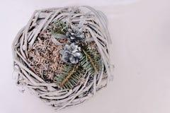 Adornamiento de la pequeña jerarquía con la ramita del cono y del abeto Foto de archivo libre de regalías