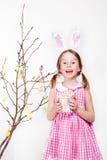 Adornamiento de la rama de la magnolia con los huevos de Pascua Fotografía de archivo