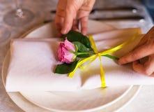 Adornamiento de la tabla con las flores Cierre para arriba Concepto de la boda Imagen de archivo
