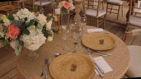 Adornamiento de la tabla con las flores frescas Fotografía de archivo