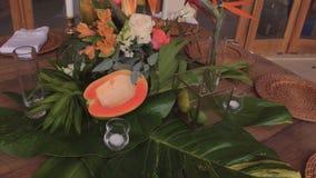 Adornamiento de la tabla con las flores frescas Foto de archivo