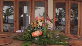 Adornamiento de la tabla con las flores frescas Fotos de archivo