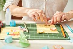 Adornamiento de la tarjeta de felicitación con las flores de papel Imagen de archivo libre de regalías