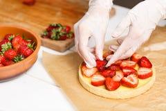 Adornamiento de la tarta fresca de la fresa Fotografía de archivo libre de regalías