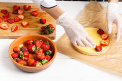 Adornamiento de la tarta fresca de la fresa Fotografía de archivo