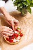Adornamiento de la tarta fresca de la fresa Imagen de archivo libre de regalías