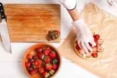 Adornamiento de la tarta fresca de la fresa Fotos de archivo