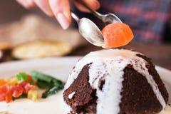 Adornamiento de la torta con el primer de la mermelada Imagen de archivo libre de regalías