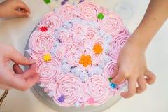 Adornamiento de la torta de cumpleaños Foto de archivo
