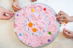 Adornamiento de la torta de cumpleaños Foto de archivo libre de regalías