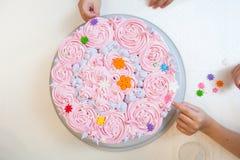 Adornamiento de la torta de cumpleaños Fotografía de archivo libre de regalías