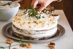 Adornamiento de la torta de zanahoria con las flores Imagenes de archivo