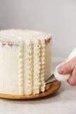 Adornamiento de la torta poner crema Fotos de archivo