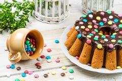 Adornamiento de la torta tradicional de pascua con los caramelos Foto de archivo libre de regalías