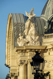 Adornamiento de las estatuas en el tejado Fotos de archivo