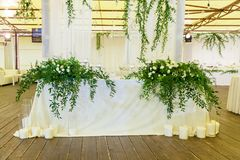 Adornamiento de las flores con una celebración de la boda Foto de archivo libre de regalías