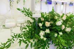 Adornamiento de las flores con una celebración de la boda Fotografía de archivo