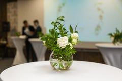 Adornamiento de las flores con una celebración de la boda Fotografía de archivo libre de regalías