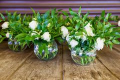 Adornamiento de las flores con una celebración de la boda Imagen de archivo libre de regalías