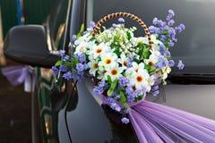 Adornamiento de las flores de cesta del coche de la boda Imagen de archivo libre de regalías