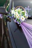 Adornamiento de las flores de cesta del coche de la boda Fotografía de archivo