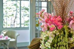 Adornamiento de las flores en el cuarto Imágenes de archivo libres de regalías